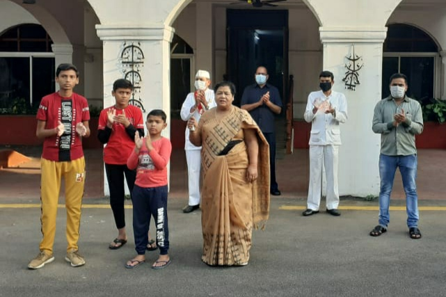 In Raj Bhavan, Governor greeted Corona fighters by clapping and playing conch