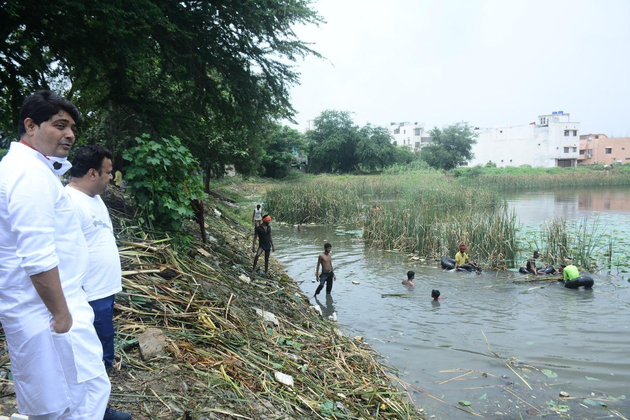 Campaign to remove dirt by cleaning hyacinth of Avanti Vihar pond continues rapidly