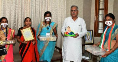 Dhamtari's women's groups courtesy call on Chief Minister