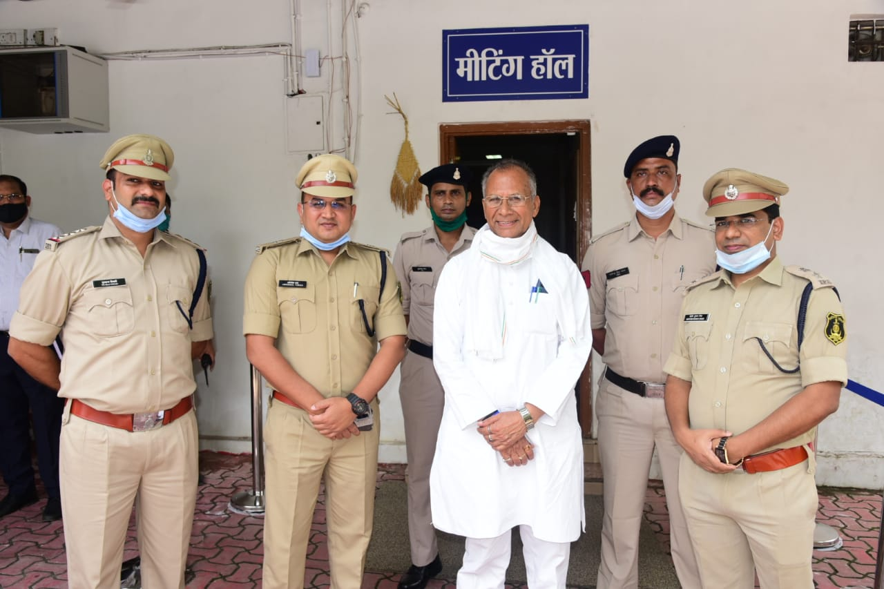 Home Minister honored the Superintendent of Police for solving the ATM cash van robbery in 10 hours
