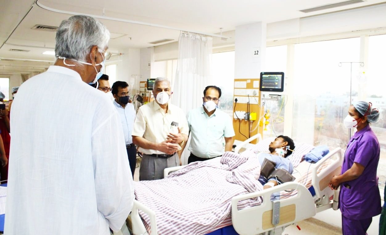 Health Minister Mr. Singhdev reached the hospital to know the condition of the soldiers injured in the Bijapur Naxal attack